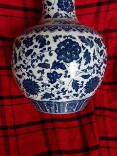 Qing era B n W vase decirated with fliwers 32cm high.
