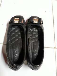 Sepatu hitam no.37