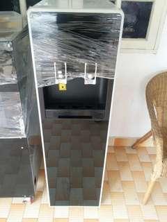 Hot cold water dispenser