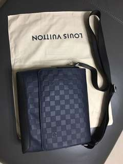 LV全新斜孭袋 District PM Damier Infini Leather