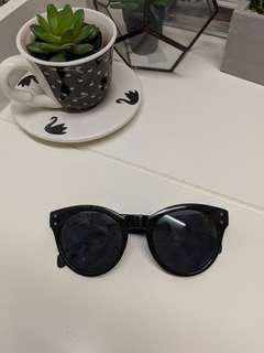 Black round sunglasses sunnies