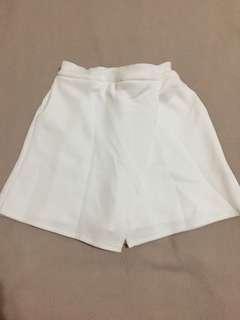 Skort putih belakang karet bahan scuba white short wanita