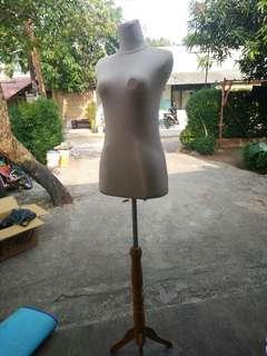 Patung manekin dewasa setengah badan kaki kayu