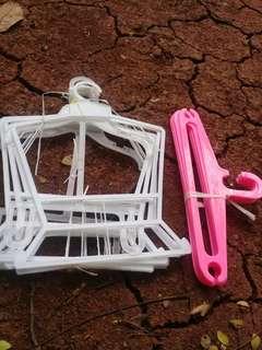 Gantungan baju anak dan gantungan celana plastik