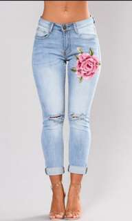 🚚 Flower embroidered ripped jeans🌸