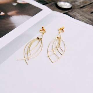 🚚 Hannah Huang Jewelry 金色線條交錯夾式耳環