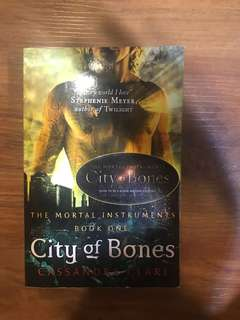 City of Bones by Cassandra Clare (The Mortal Instruments Book 1)