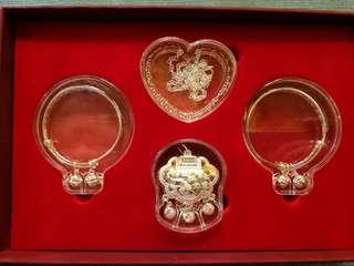 加持 幸福寶寶系列純銀禮物套裝,  代表「健康、平安、快樂、智慧、財富」,象徵著各種最真摰的祝福。無論何時何地,都可為最關心的人送上這份不變的祝福。