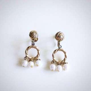 真正美國古董1960年代金色紐結圈圈垂墜珍珠栓鎖耳環