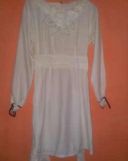 Baju bunga pita putih