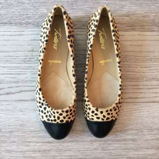 Trotters women's tan cheetah flat shoes 8.5
