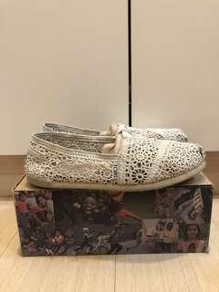 Toms 米白蕾絲平底鞋