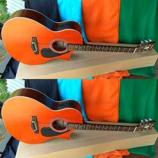 Gitar akustik elektrik lancip