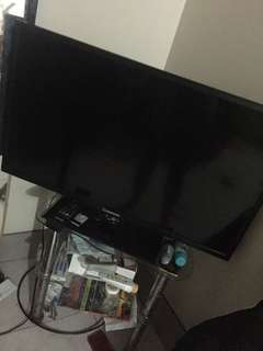 32 inch LED TV WITH ISSUE PLEASE READ DESCRIPTION FOR DETAILS