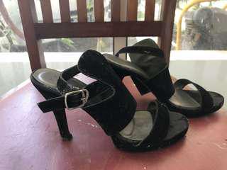Sepatu keceh bgt merek Executive. Size 39. Defect di hak sebelah kanan bs dibenerin di tukang sol. Selebihnya masih oke bgt dipake.