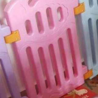 Playpen safety rail