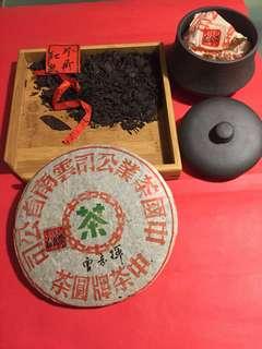普洱茶(生茶):大概是2000年(中茶牌圓茶[紅𢇁帶]);如相片所示
