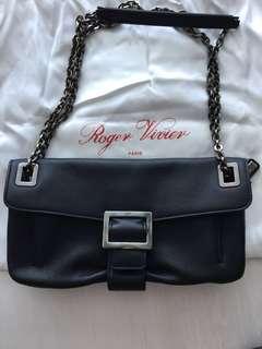 全新法國名牌Roger Vivier 手袋,拎、背二用,內有二層拉鍊,Size 28cmX16cmX6cm