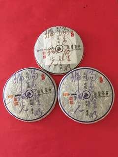 普洱茶餅: 新星茶莊出品的易武山茶餅套裝(2 餅2010 年及1 餅2012 年生茶餅);如相片所示
