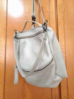 淺灰色後背包