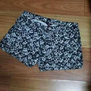 H&M mid waist stretchable shorts printed black & white flowers