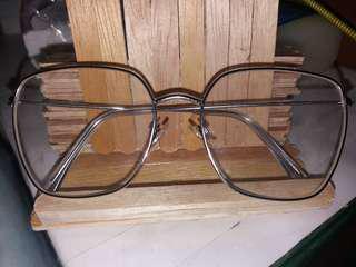 Kacamata gaya lensa biasa