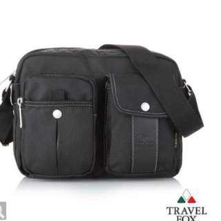 【Travel Fox】旅狐鑽織雙層側背包(黑) (TB573-01)