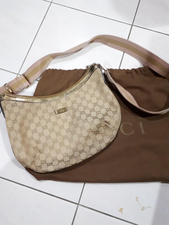 9a3225a16d2 💯Authentic Gucci Sling bag crossbody