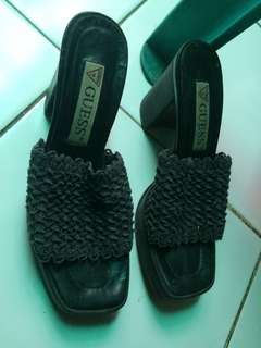 Wedges Hitam Guess