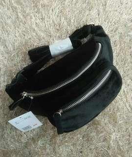 Waist bag bahan suede warna hitam.