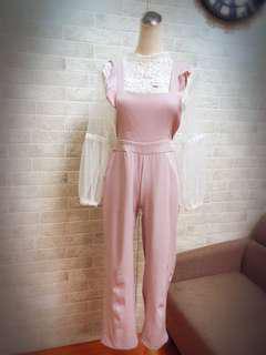 出清特賣~粉紫色荷葉造型吊帶長褲+白色網紗緹花蕾絲上衣