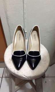 District Heels Size 9 (with issues)