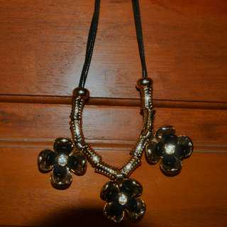 Cute black flowers necklace