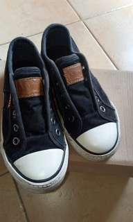Sepatu levis black edition