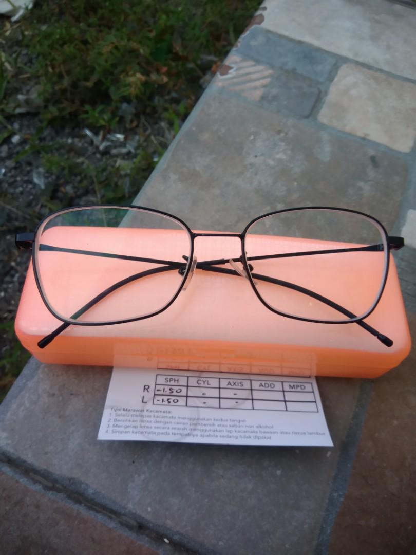 Kacamata minus (-1.5)