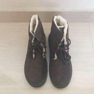 可愛冬日暖棕雪地靴