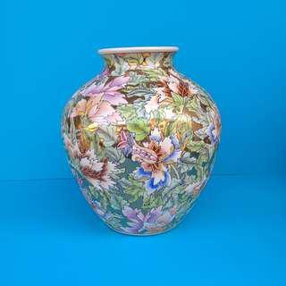 Ornamental Porcelain Flowers Design Wine Jar Famille Rose Vase With Golden Ground