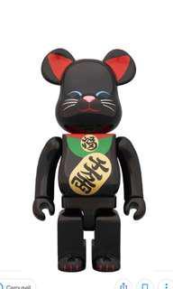 Black manekineko Bearbrick 1000%