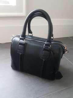 Black purse, detachable shoulder strap