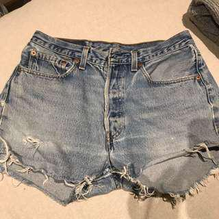LEVI VINTAGE CUT OFF SHORTS