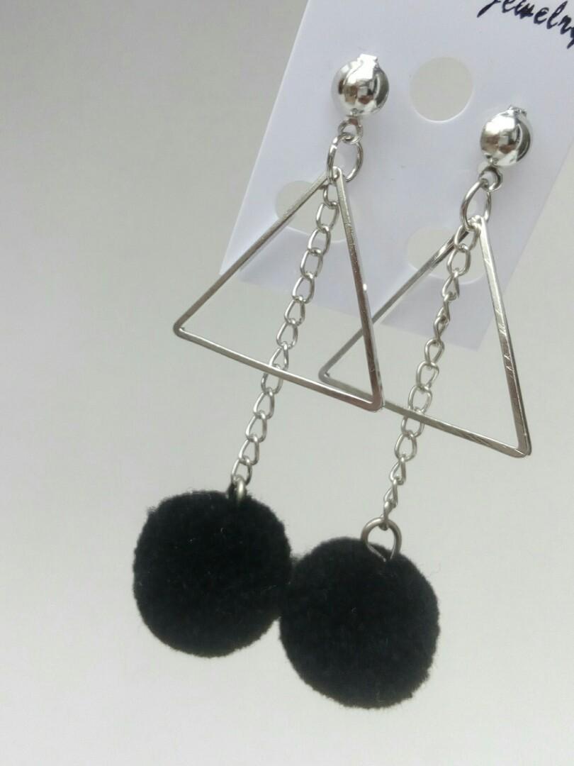 Anting Pom2 Segitiga Preloved Fesyen Wanita Perhiasan Di Carousell Gantung Gold Bagikan Barang Ini