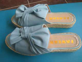 Sepatu sandal biru