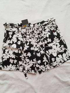 Roxy highwaist black floral shorts w/ belt