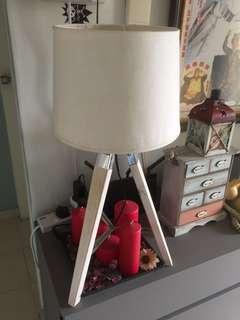 Tripod lamp white looks great rare