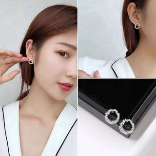 Simple round diamond ear studs