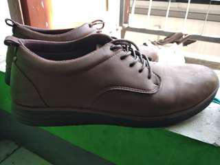 Sepatu coklat santai dan smart casual
