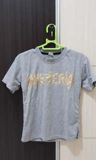 Baju kaos ancol warna abu tulisan HYSTERIA
