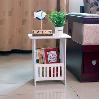 Meja sudut ruangan putih