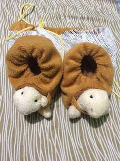 Baby shoes or feet cover up