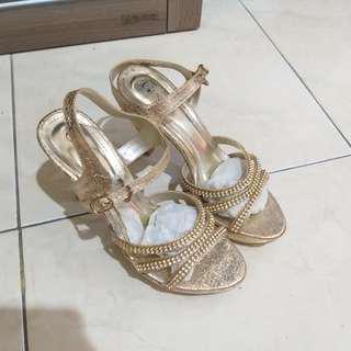 Sepatu sandal pesta mewah